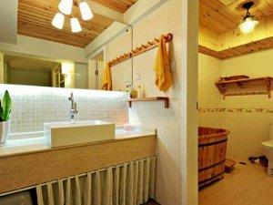 日式卫生间瓷砖腰线装饰图