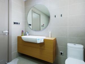 现代简约卫生间原木浴室柜设计图片 卫生间浴室柜图片