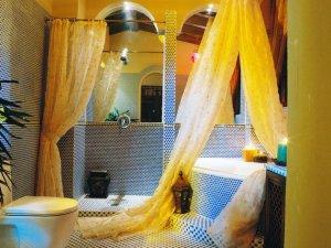 东南亚风情卫生间瓷砖装修效果图 浴室浴帘效果图
