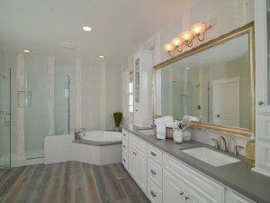 别墅白色系卫浴装修效果图 新古典风卫浴图片