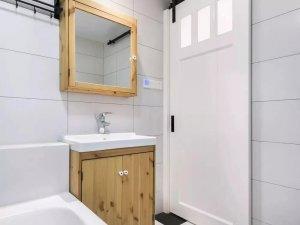 北欧风格卫生间装效果图 原木浴室柜图片