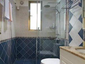 美式风格蓝色卫生间瓷砖效果图 玻璃隔断门设计图