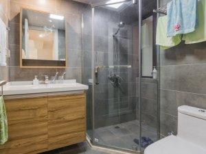 日系风卫生间装修效果图  简洁清新原木色浴室柜图片