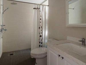 都市简约三居卫生间装修效果图 浴帘装修效果图